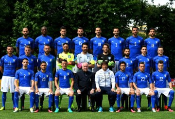 Italy soccer team players pose on June 1, 2016 in the Florence's Coverciano training camp, during the official presentation prior to the Euro Championship in France. From top left : Italy's forward Simone Zaza, Italy's defender Angelo Obinze Ogbonna, Italy's midfielder Thiago Motta, Italy's defender Andrea Barzagli, Italy's defender Leonardo Bonucci, Italy's defender Giorgio Chiellini, Italy's forward Graziano Pellè, Italy's midfielder Marco Parolo. From left center : Italy's midfielder Stefano Sturaro, Italy's forward Simone Zaza, Italy's midfielder Daniele De Rossi, Italy's goalkeeper Salvatore Sirigu, Italy's goalkeeper Gianluigi Buffon, Italy's goalkeeper Federico Marchetti, Italy's midfielder Antonio Candreva, Italy's midfielder Matteo Darmian, Italy's midfielder Federico Bernardeschi.  From left bottom : Italy's midfielder Mattia De Sciglio, Italy's forward Lorenzo Insigne, Italy's midfielder Alessandro Florenzi, President Carlo Tavecchio, Italy's coach Antonio Conte, Italy's forward Citadin Martins Ede, Italy's midfielder Emanuele Giaccherini, Italy's midfielder Stephan El Shaarawy. / AFP / VINCENZO PINTO        (Photo credit should read VINCENZO PINTO/AFP/Getty Images)
